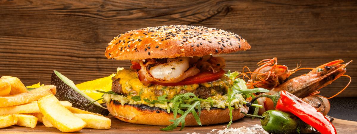 Burger z krewetkami oraz frytkami i chilli w restauracji Rzeźnia w Krakowie