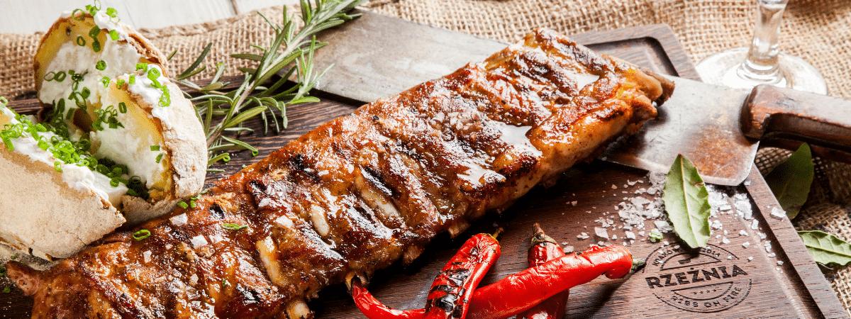 żeberko wieprzowe z grilla słuszny rozmiar serwowane w restauracji rzeźnia w krakowie